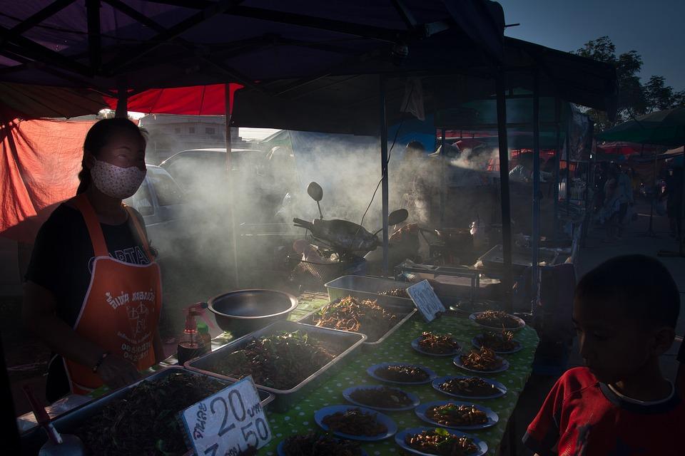 Поздний ночной рынок в Таиланде