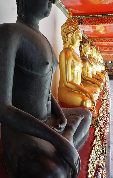 Скульптуры Будды в храме Таиланда