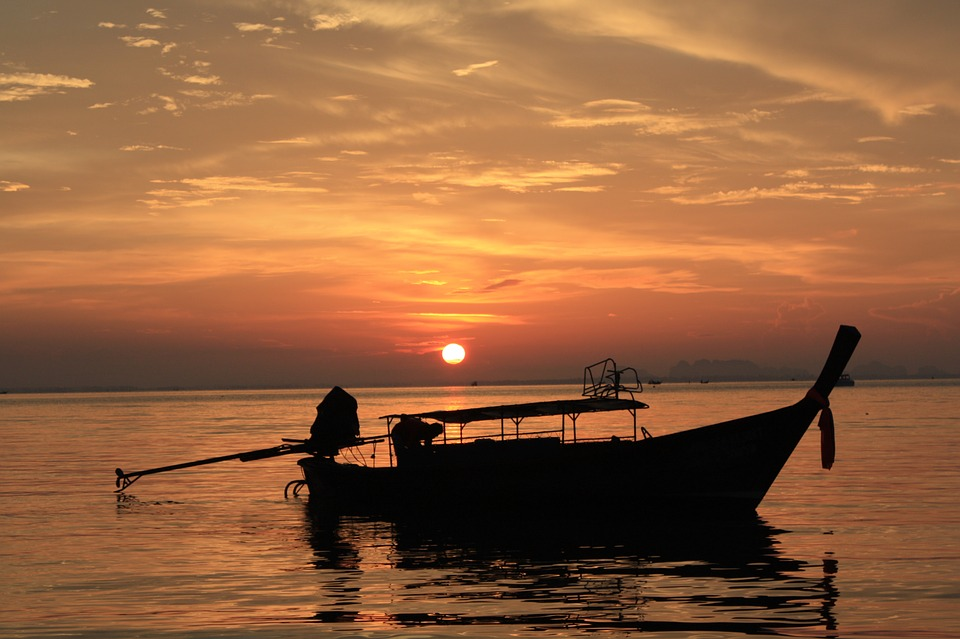 Лодка на фоне заката на Пхукете